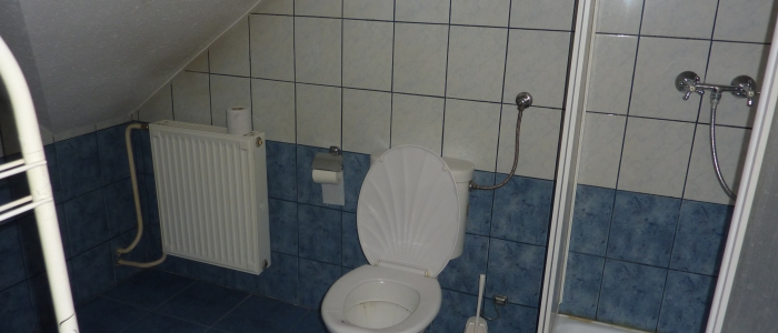 Igényesen kialakított fürdőszoba az emeleti apartmanban